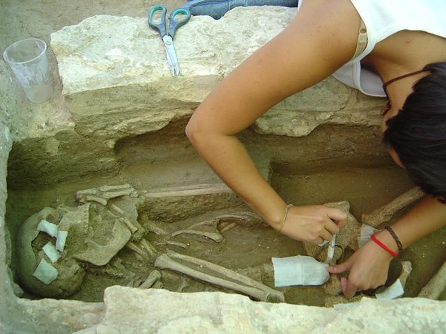 Excavación de restos óseos
